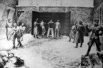 """Auchwitz: Exekution an der Todeswand, in der Mitte ein """"Funktionshäftling""""/ gemalt von W. Siwek"""