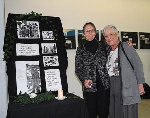 Uta Hentsch vom Verein Gedenkstätten KZ Bisingen (rechts) und Lehereon Doris Bames am Gedenktisch in der Pausenhalle der Realschule. Foto: Wahl