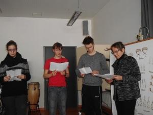 Kirstin, Alex und Kai - 10.Klasse, Realschule Bisingen, lesen Texte, die ihre Lehrerin Doris Bames zum Thema ausgesucht hat.