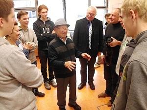 Shalom Stamberg mit Schülern un Rektor Tröger am 29. November 2013 - Foto. U. Hentsch