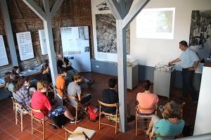 Beim Jugendguide-Workshop im Museum: Die Teilnehmer präsentieren ihre Ergebnisse.