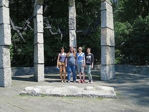 Vor dem Mahnmal des ehemaligen Konzentrationslagers Auschwitz-Monowitz: (v.l.) Ines Mayer, Verena Lohr, Franziska Blum und Verena Grünhoff vom Verein Gedenkstätten KZ Bisingen