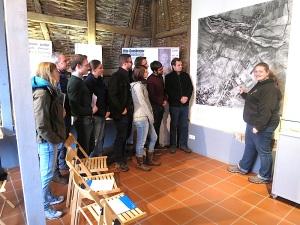 Jugendguide Verena Lohr zeigt Matti Münchs Referendaren im Museum noch einmal die Stationen des zuvor abgeschrittenen Geschichtslehrpfads.