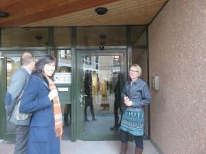 Am Eingang zum Landratsamt - Dr. Ines Mayer, Dieter Grupp und Dr. Franziska Blum (rechts)