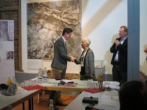 Bürgermeister Roman Weizenegger gratuliert Uta Hentsch zum Ehrenvorsitz und bedankt sich für ihren unermüdlichen Einsatz wider das Vergessen.
